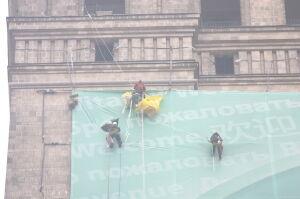 Rozwiesili plakat na Pałacu Kultury. Aktywiści Greenpeace już na wolności