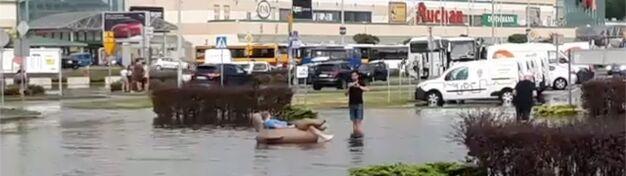Inni sprzątali zalane ulice, on dryfował na dmuchanej kaczce