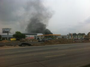 Słup dymu nad Ursynowem Płonął samochód w garażu
