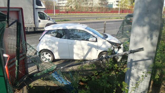 Najpierw zderzył się z innym autem, potem wjechał w ogrodzenie