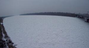 """Wygląda jak """"śniegowa pustynia"""". Zobacz Wisłę skutą lodem z lotu ptaka"""