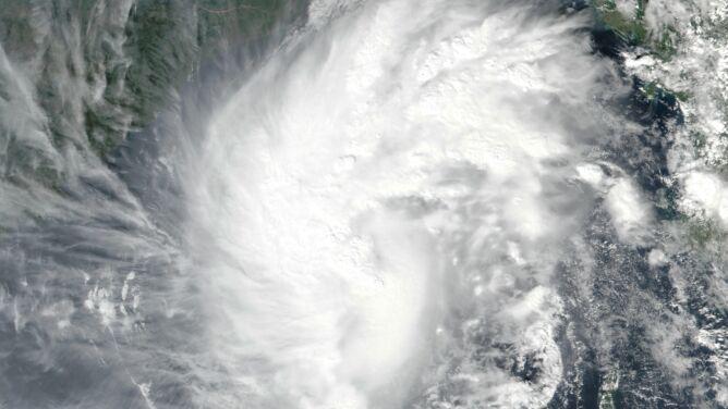 Indie. Cyklon Bulbul niesie ulewny deszcz i porywisty wiatr