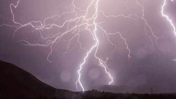 Groźne burze z gradem. Żółte alerty IMGW