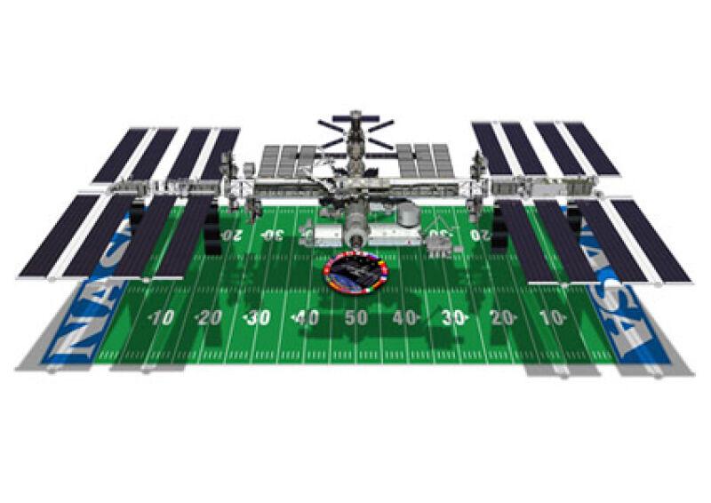 Międzynarodowa Stacja Kosmiczna (dł. 108,81 m) nad boiskiem futbolowym (dł. 105 m, szer. 68 m)